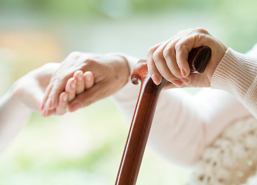 Hände von Betreuerin und Bewohnerin in WohnPartner Wohnung