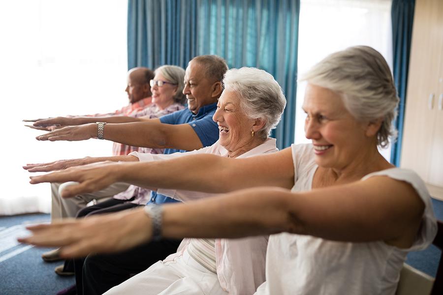 WohnPartner Seniorenrunde macht Gymnastikübungen