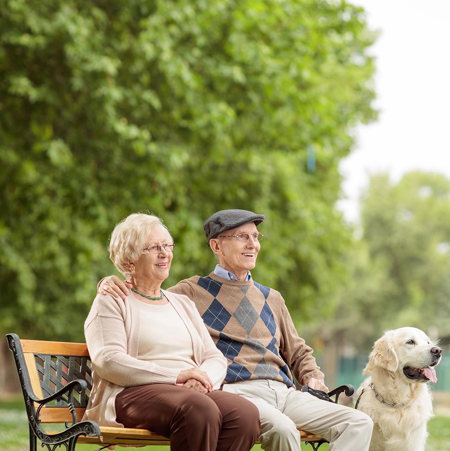 Wohnpartner Seniorenpaar mit Hund
